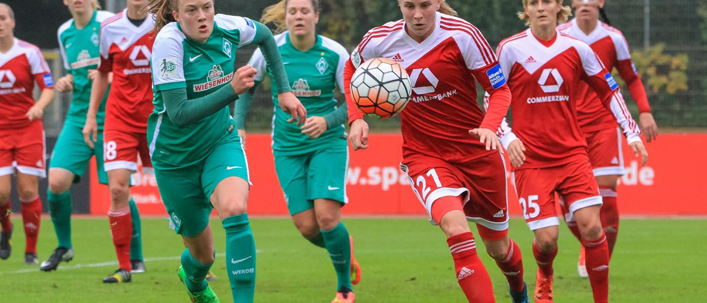 Sandra Hausberger (WB) and Ana-Maria Crnogorčević (FFC) have their eyes on the ball.