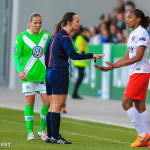 Marie-Laure Delie (PSG) has a conversation with the referee.