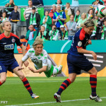 Martina Müller (WOB) heads the ball between two Turbine Potsdam players in the 2015 Frauen DFB-Pokal final.