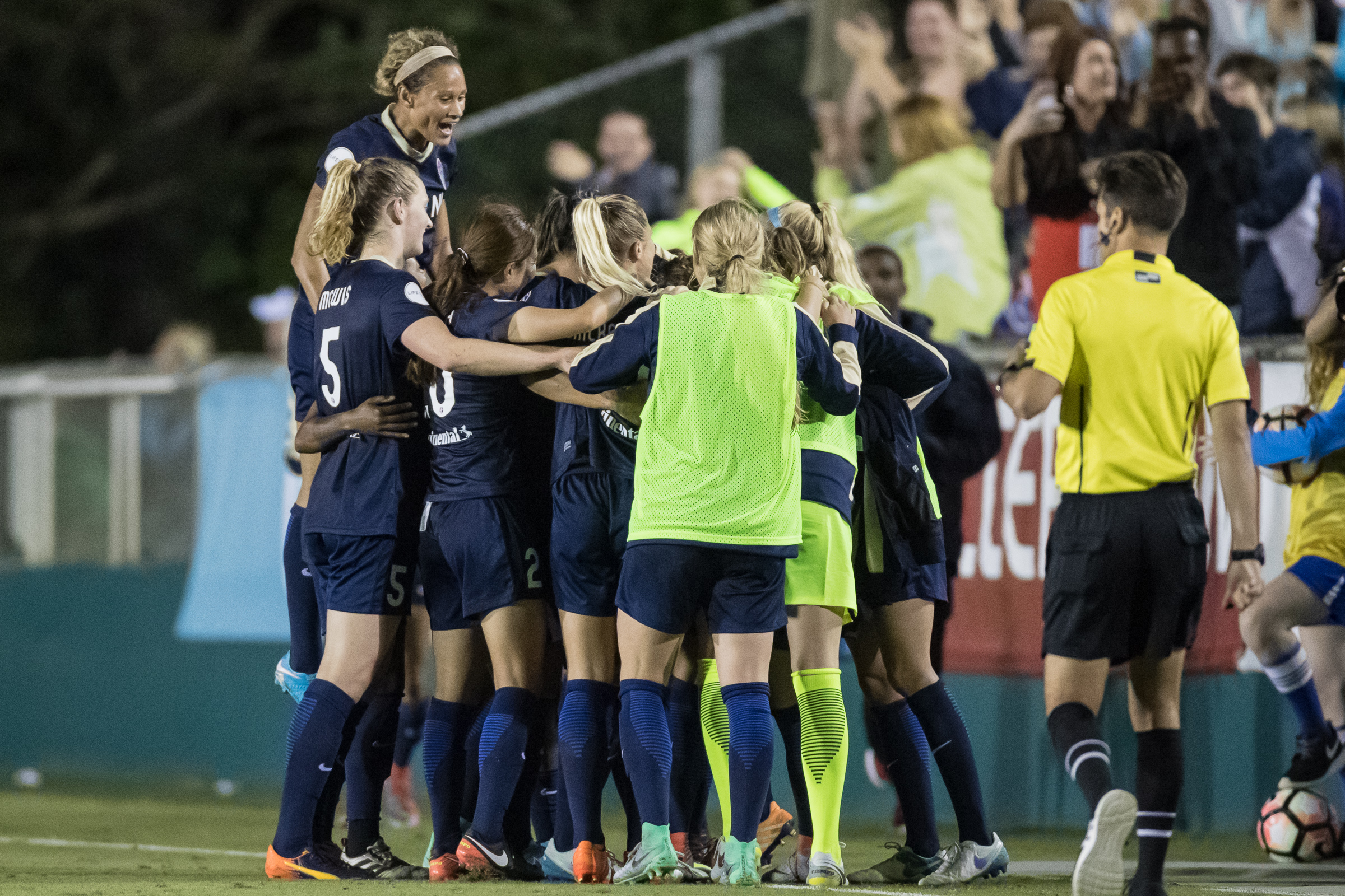 The North Carolina Courage celebrate Debinha's goal (Shane Lardinois).