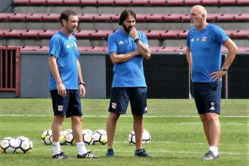 Olympique Lyon head coach Reynald Pedros (center) and staff. (Dominique Mallen, Wikicommons)