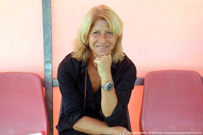 Former Italian international Carolina Morace sitting on the sidelines. (Footballfanfootballfan / CC BY-SA (https://creativecommons.org/licenses/by-sa/4.0))