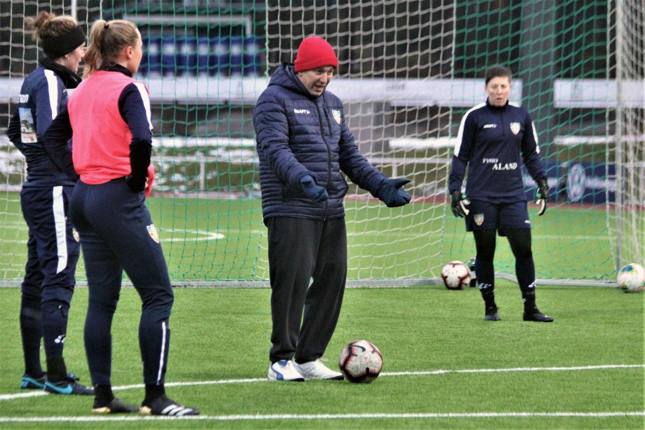 Aland United manager Steve Beeks during training. (Aland United)